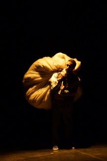 Nacim Battou dans Les SIlences Obligés - ©Nabil Hemaïzia