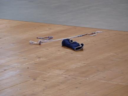 un protège poignet sur le sol