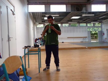Nabil Hemaïzia s'essaie à la flûte. Peut-être un instrument que l'on retrouvera dans la création