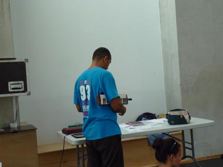 Nabil Hemaïzia devant la table de travail sur laquelle les prises de notes ont trouvés place.