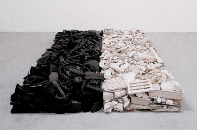 Tony Cragg, Black and White Stack 1980 (objets divers en plastique, métal, plâtre, bois, céramique, caoutchouc) - Collection FRAC Bourgogne © André Marin © Tony Cragg, ADAGP, Paris 2020