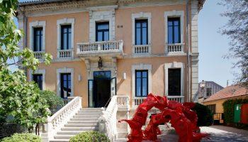 La façade de la Fondation avec l'oeuvre d'Anita Molinero, Sans titre (Floraison pour Nollopa) 2017 (poubelles rouges en PVC)